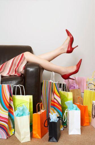6- Gereksiz alışveriş  Neden gereksiz alışveriş yaparız?  Canınız çok sıkıldığında, keyfiniz kaçtığında ne yaparsınız? Genellikle alışveriş değil mi? 1 alana 1 bedava ayakkabı kampanyalarından hangimiz hiç giymeyeceğimiz bir ayakkabıyı almadık ki? Veya yüzde 50 indirim kampanyalarına kanarak yüzde 50 tasarruf ettiğimizi düşünerek neler neler almadık ki!  Yeni kıyafet satın almanın bizi daha mutlu yaptığı tartışmasız bir gerçek! Hatta terapiye gitmenize bile gerek yok. Dertlerinizden kurtulmanız için alışverişe çıkmanız yeterli!  Gereksiz alışveriş yapmamak için...  Alışverişe çıktığınızda sadece indirimde diye ürünler almayın. İşinize yarar mı yaramaz mı diye düşünün. Sonra kararınızı verin! Yüzde 50 indirimde diye normalde hiç giymeyeceğiniz bir gömleği almaya gerek var mı? Bizce yok!